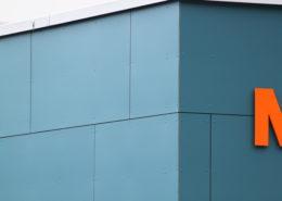 Faxplatten-Fassade, Geschäftsgebäude in Altdorf