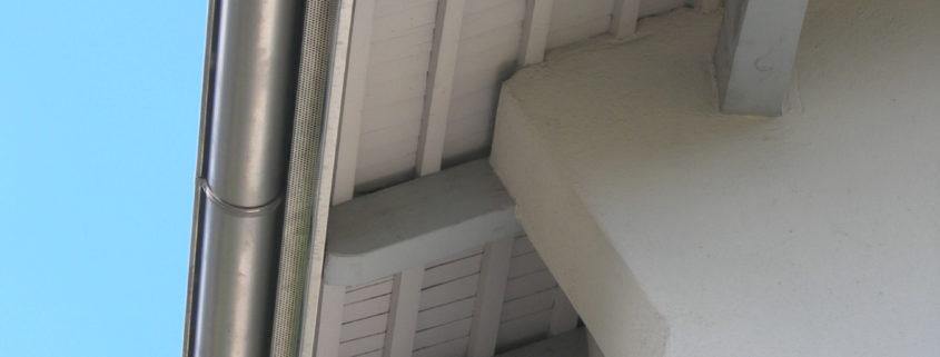 Dachrinne an einem Wohnhaus